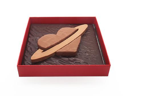 Coffret St valentin, chocolat noir ganache estrada, coeur praliné noisette au lait, anneau praliné gianduja. 225g, amour fête planète